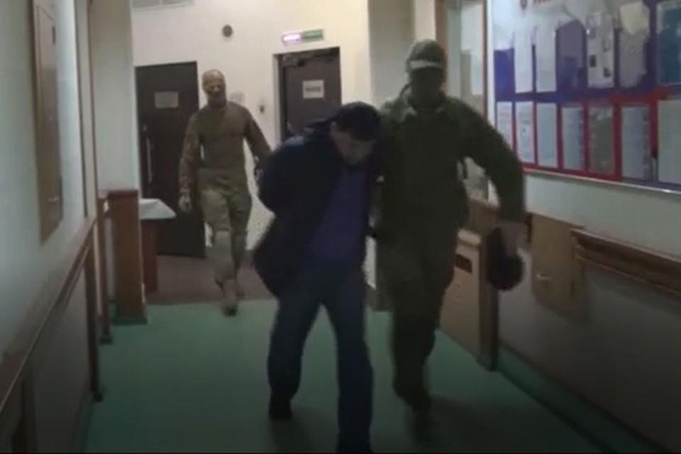 Появилось видео задержания ФСБ в Новосибирской области группы террористов из организации «Хизб ут-Тахрир аль-Ислами». Фото: Кадр из видео
