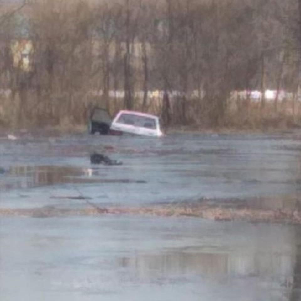 Автомобиль улетел в озеро на Левом берегу.