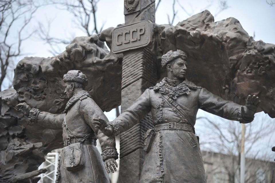 Памятник героям выполнил коллектив студии военных художников им. Грекова