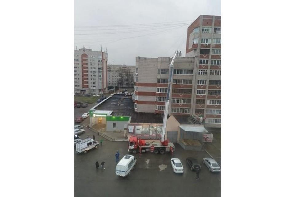 Мужчина упал с девятого этажа на семиэтажную секцию дома. Фото: пресс-служба ГУ МЧС России по Удмуртии