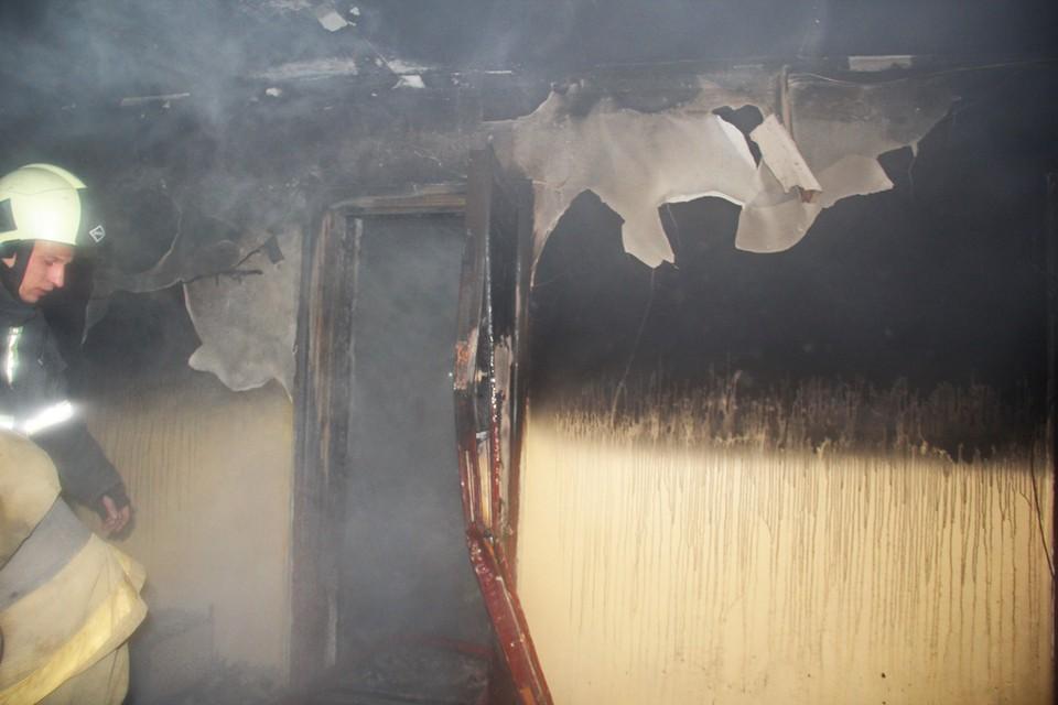 Пожаром уничтожены вещи и мебель. Фото: архив МЧС ДНР