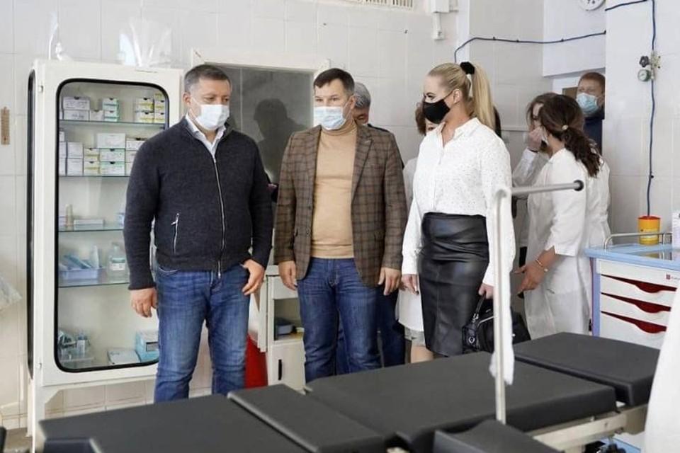 Губернатор Иркутской области Игорь Кобзев (слева) во время посещения той самой больницы. Фото: инстаграм Игоря Кобзева.