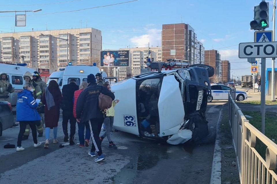 В результате аварии маршрутка перевернулась на бок. Фото: с сайта ulpressa.ru