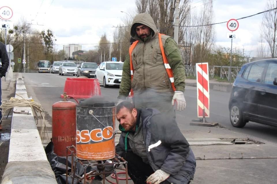 Главная задача рабочих - привести в порядок швы путепровода.