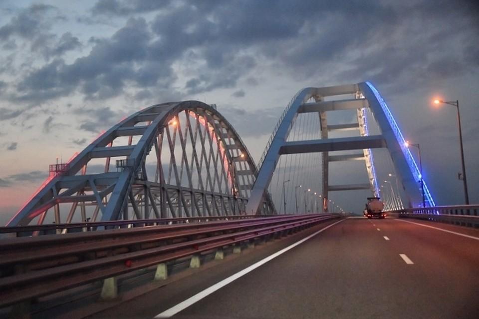 Длина Крымского моста – 19 километров. Он соединяет Керченский полуостров Крыма с Таманским полуостровом Краснодарского края.