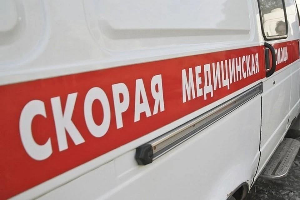"""Одного из пострадавших в аварии увезли в больницу на """"скорой""""."""