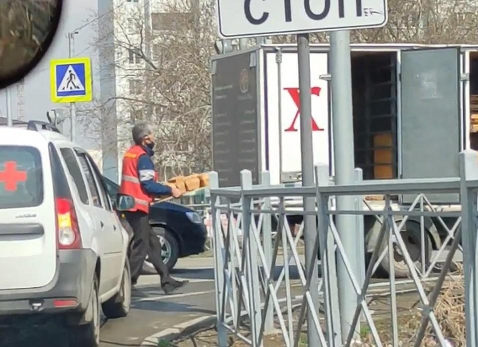 Водитель собрал выпавший из грузовика хлеб и поехал дальше. Фото: «ЧП Омск»