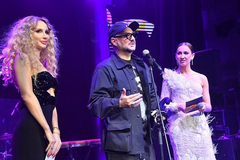 Светлана Лобода и Ольга Бузова вели церемонию награждения Cosmopolitan Man Awards.