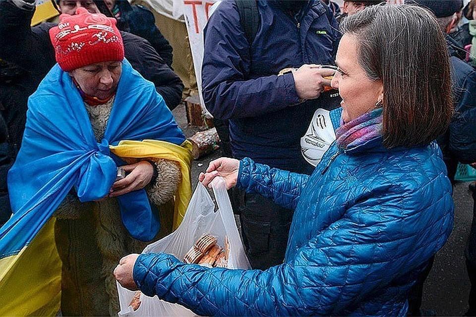Времена Майдана, Киев. Виктория Нуланд, официальный представитель Госдепа США, раздает печенье в палаточном лагере.