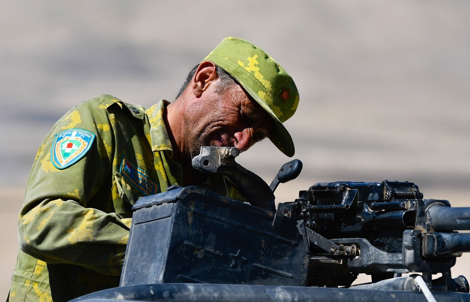 Таджикистан. Военнослужащий во время учений на полигоне Ляур. Нозим Каландаров/ТАС