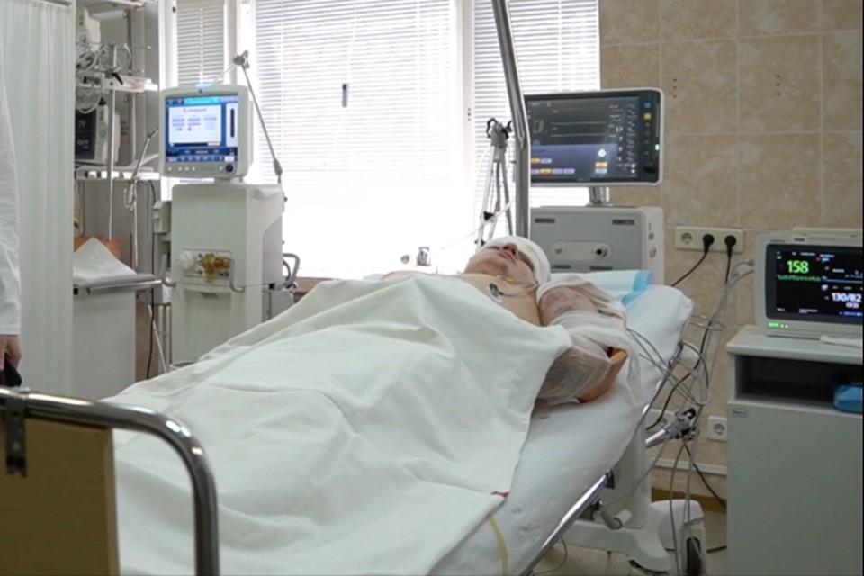 21-летний парень серьезно травмировал левую руку, она опухла и посинела