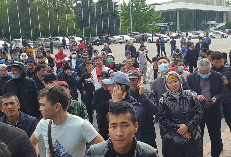 У Дома правительства в Бишкеке проходит митинг в поддержку баткенцев.