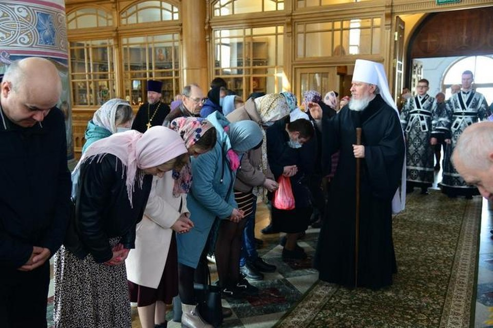 На богослужении в брянском Кафедральном соборе митрополит Александр освятил хлеб и вино.