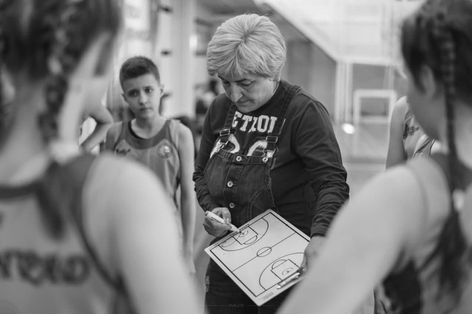 Тренер с юными баскетболистками. Фото: СШОР №2