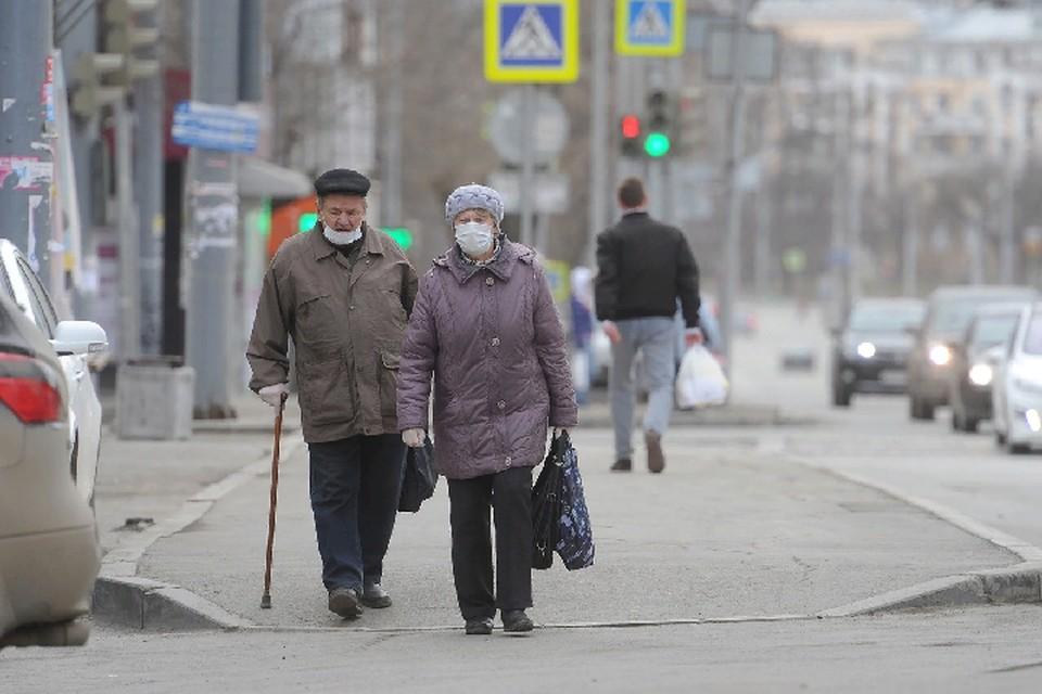 Медики просят жителей соблюдать меры предосторожности - носить защитные маски и держать социальную дистанцию