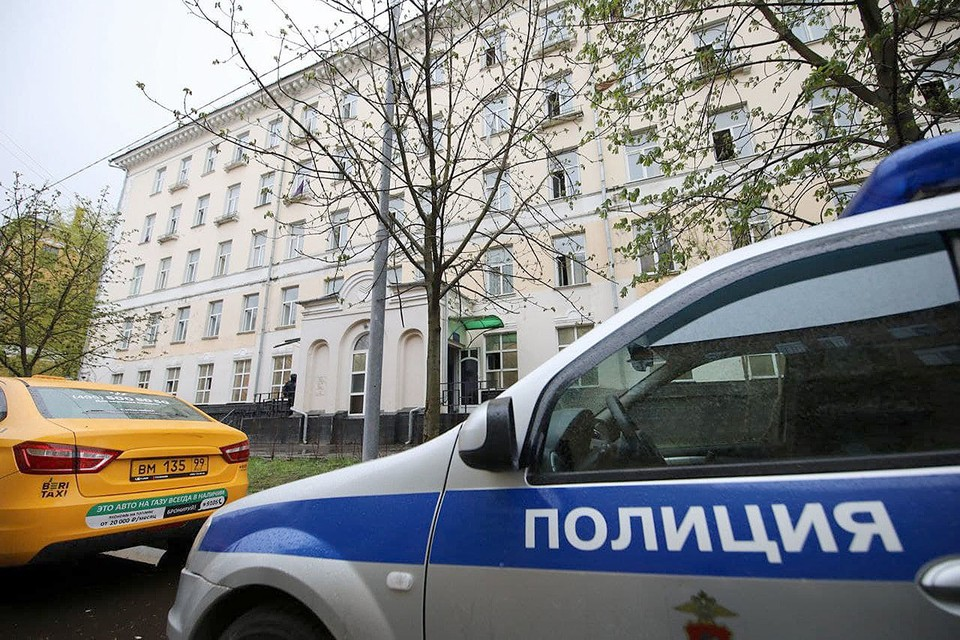 """Автомобиль полиции у здания отеля """"Вечный зов"""", в котором ночью случился пожар."""