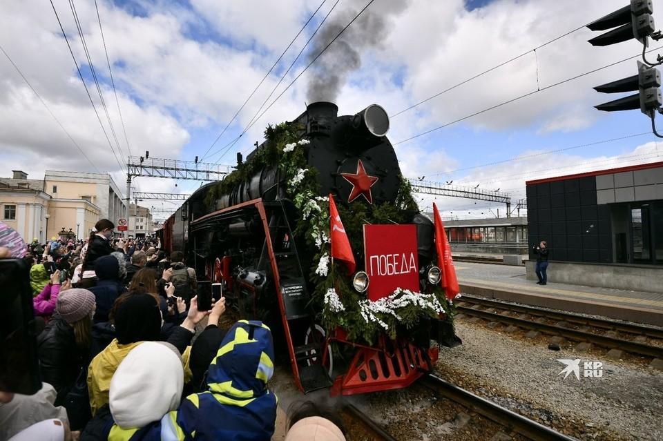 Локомотивом состава был старинный паровоз.
