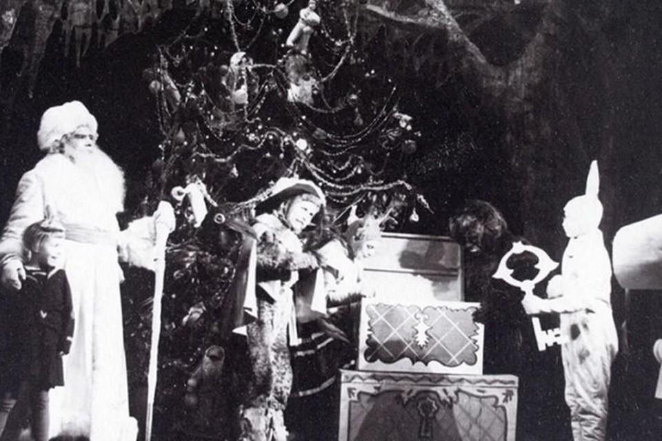 Новогодний спектакль для детей, который устроили в ТЮЗе в годы войны. Фото: из архивов Театра юного зрителя в Екатеринбурге