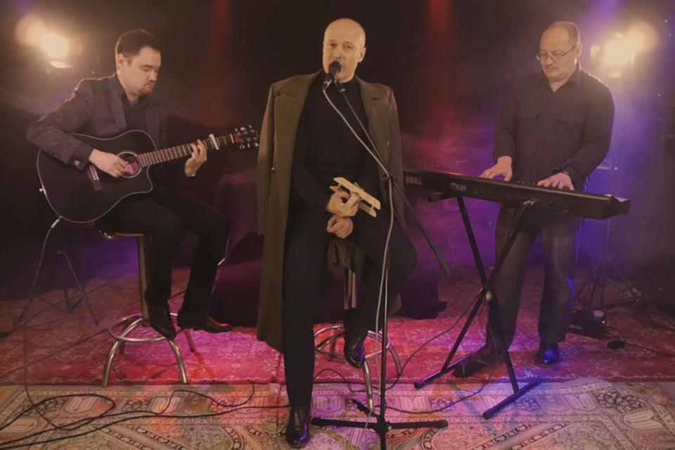 В Твери заслуженный артист Андрей Иванов вместе с музыкантами исполнил песню про военных лётчиков. Фото: принтскрин видео