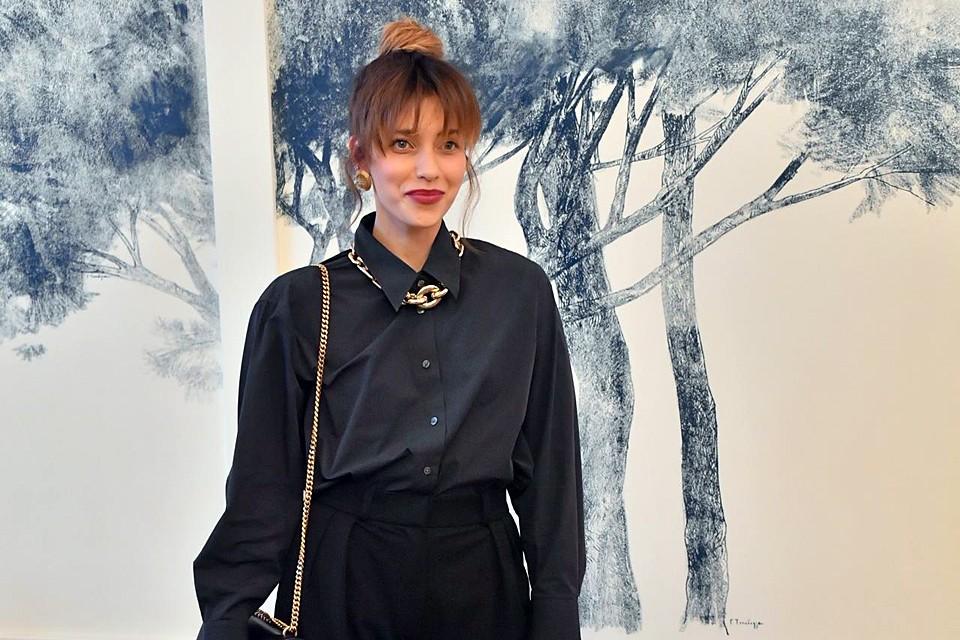 В объёмной рубашке и широких брюках Регина Тодоренко выглядела совсем худенькой, хотя по словам телеведущей, она наоборот поправилась