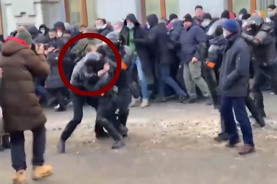 Это уже второй участник драки с силовиками на митинге, которого осудили