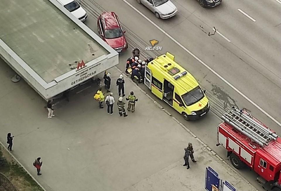 На станции метро Октябрьская мужчина упал на рельсы. Фото: АСТ-54
