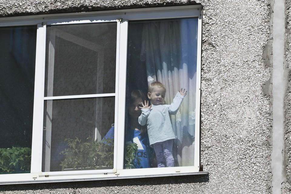 Жителям Кузбаса рассказали, как защитить детей от падения из окон.