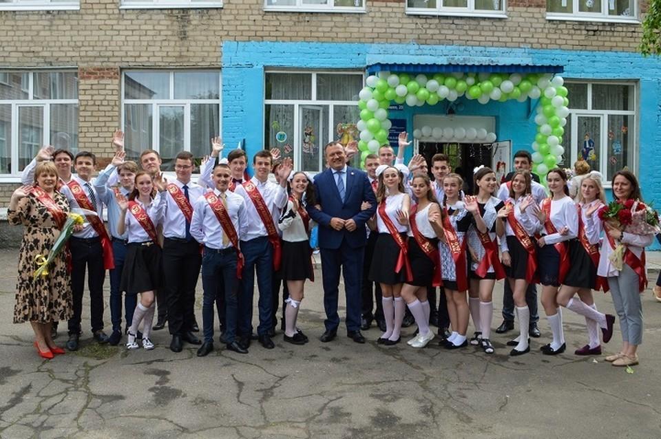 Мэр Донецка Алексей Кулемзин поздравил выпускников школ с окончанием учебного года. Фото: Администрация Донецка