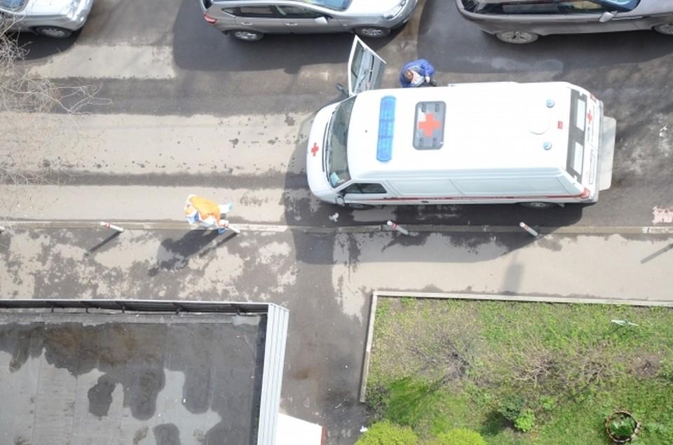 Молодого мужчину нашли погибшим на детской площадке в парке Реадовка в Смоленске.