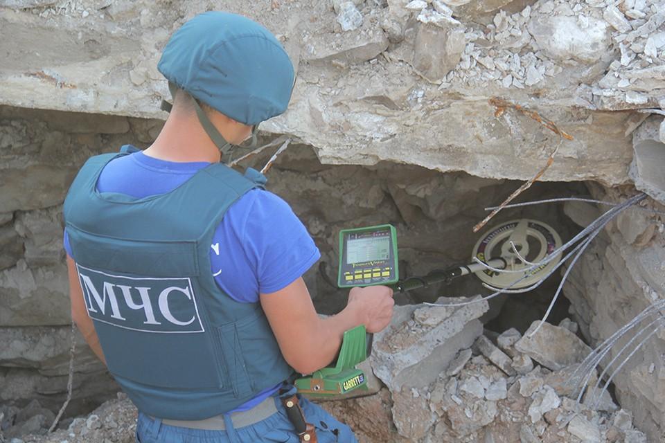 Спасатели обследуют каждый квадратный метр на наличие неразорвавшихся боеприпасов. Фото: МЧС ДНР