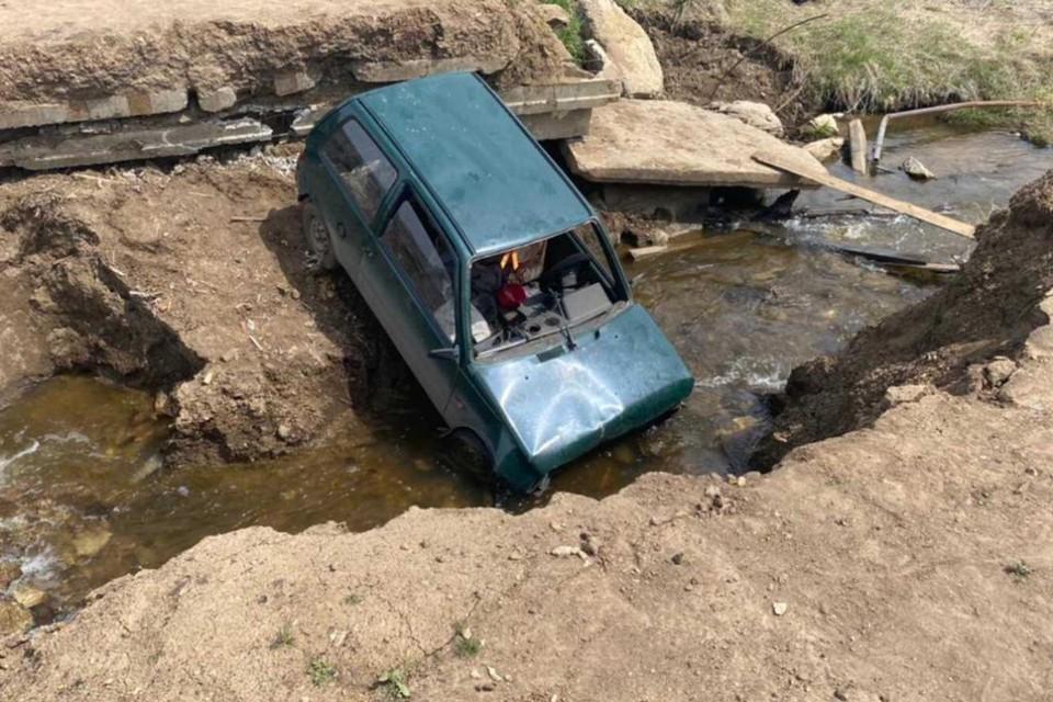 Водитель автомобиля Ока из Куйтунского района решил проехать по разрушенной дамбе для перегона скота и провалился в пруд