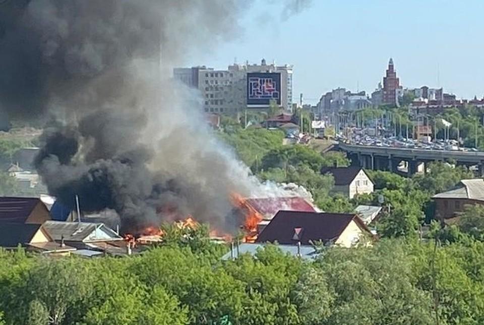 Огонь легко мог распространиться на соседние дома.