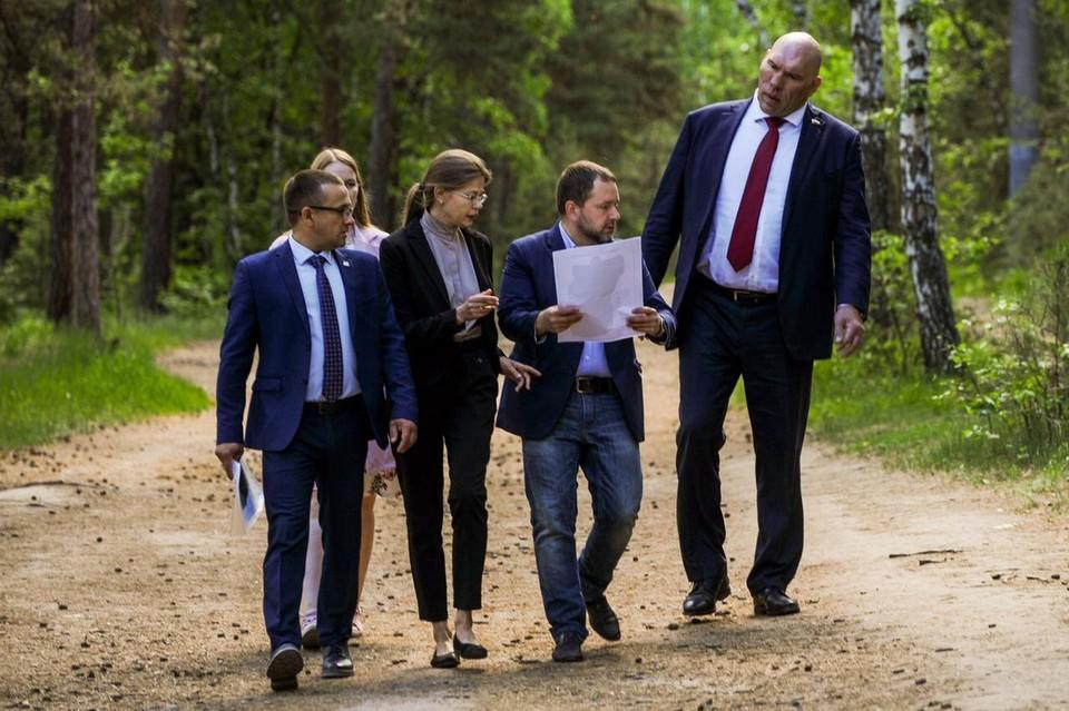 Николай Валуев (крайний справа) решил разобраться с проблемой строительства хирургического корпуса в бору. Фото: министерство экологии Челябинской области