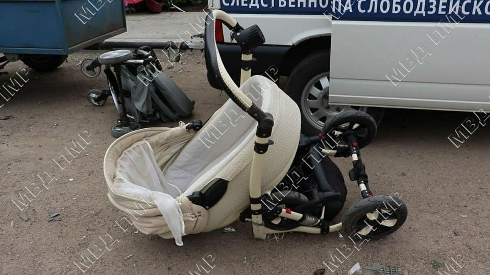 Автомобиль откинуло на женщин с колясками.