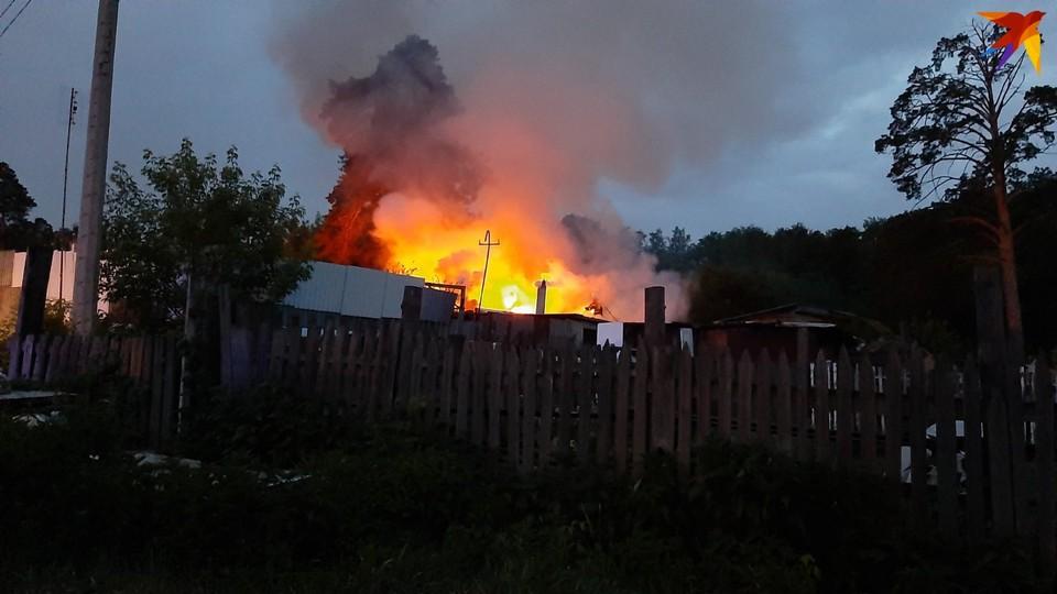 Возгорание началось в хозяйственной постройке. Фото: читатель КП