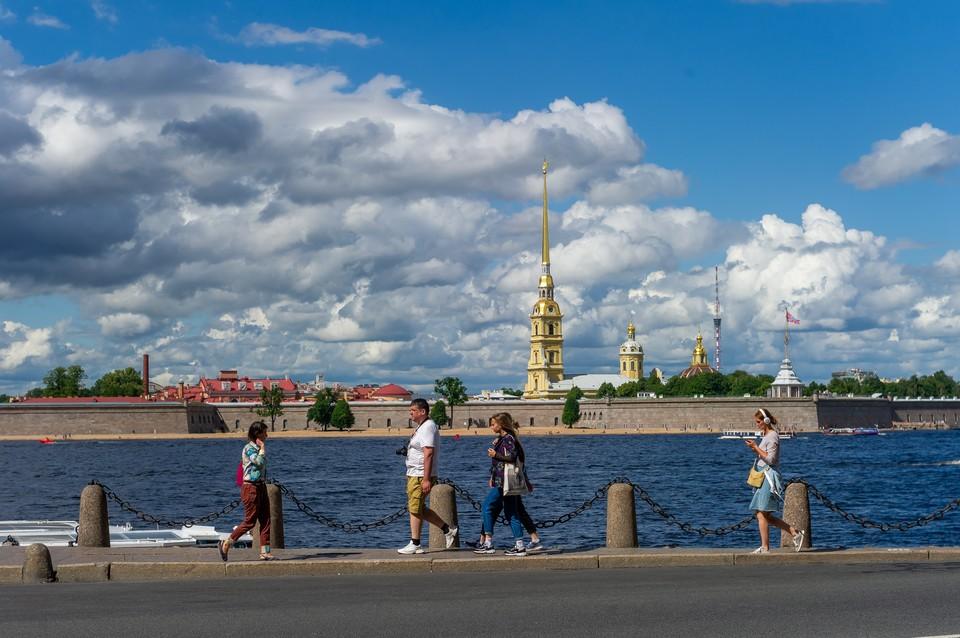 В Петербурге солнечно, но не слишком тепло.