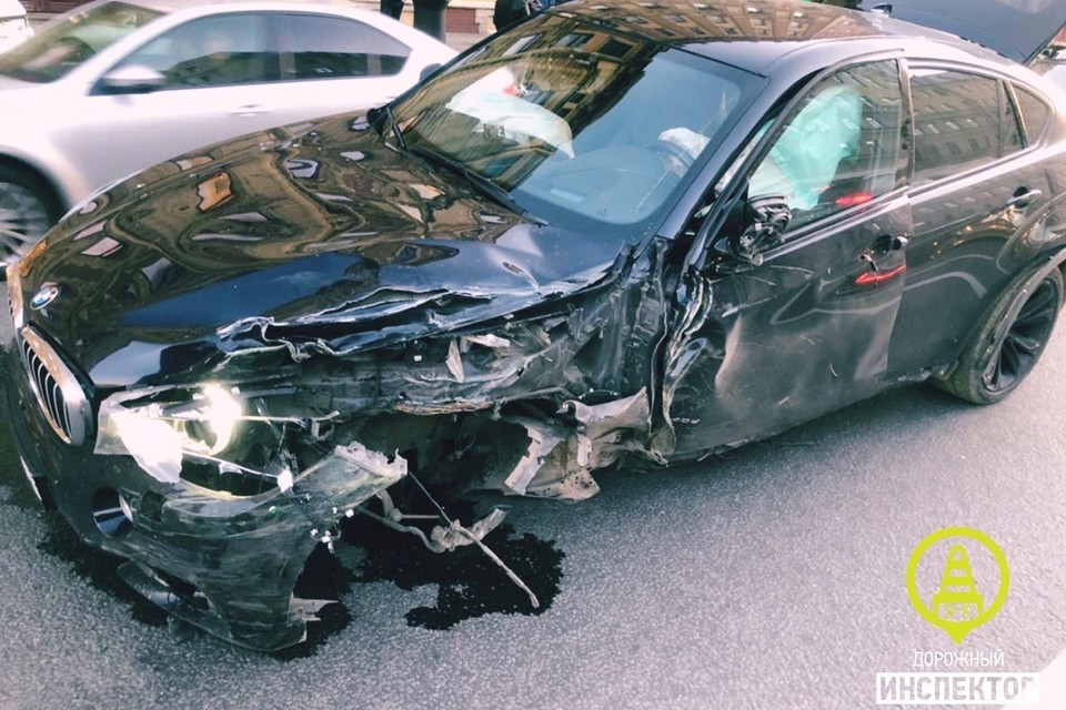 Черный BMW протаранил машину реанимации. Фото: vk.com/dorinspb