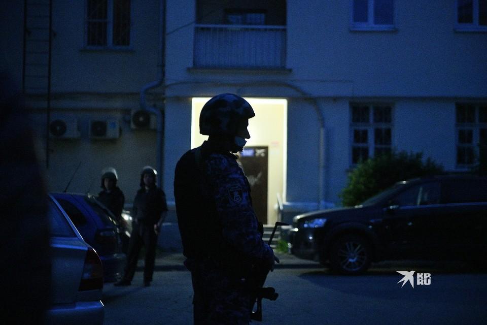 Силовики перед штурмом вывели всех жителей подъезда на улицу