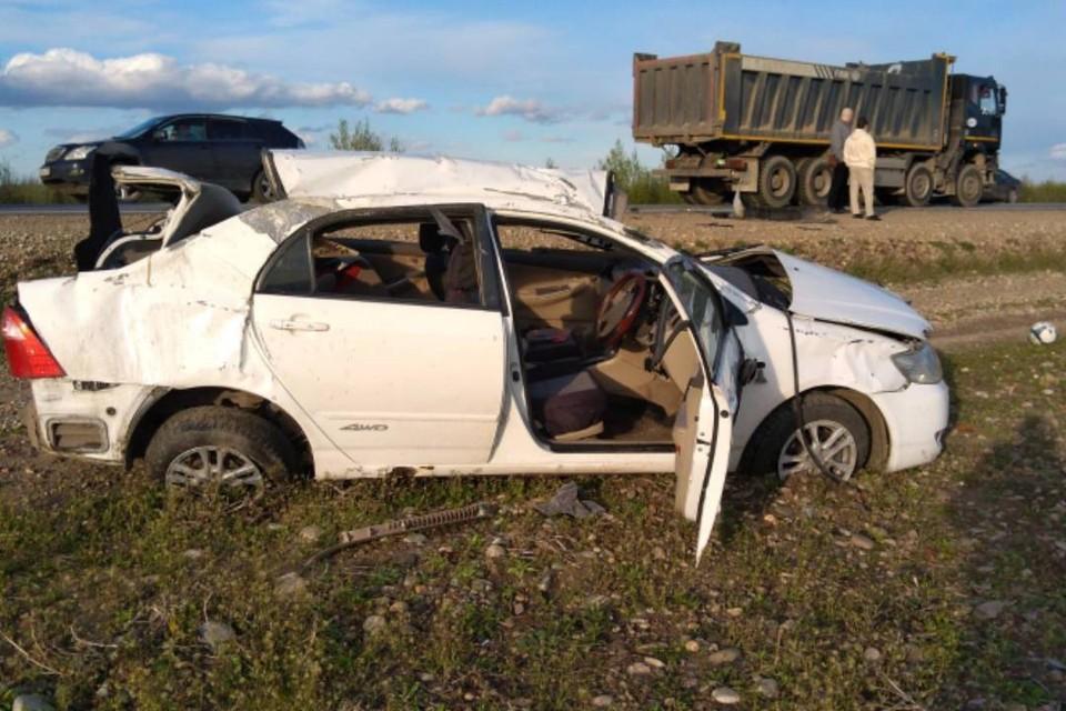 """«Тойота Королла» с двумя детьми врезалась в иномарку и перевернулась на федеральной трассе """"Сибирь"""""""