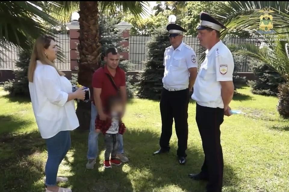 Родители мальчика благодарят полицейских за помощь