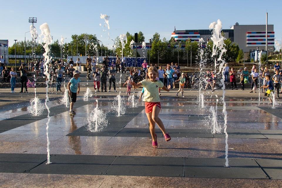 Необычный фонтан на центральной площади Карабаша - одно из мест притяжения и детей и взрослых.