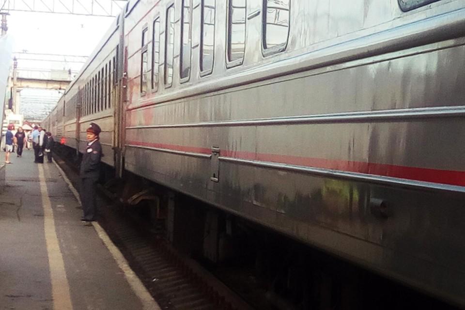 В Тюмени подростки играли на железной дороге, кладя на рельсы камни.