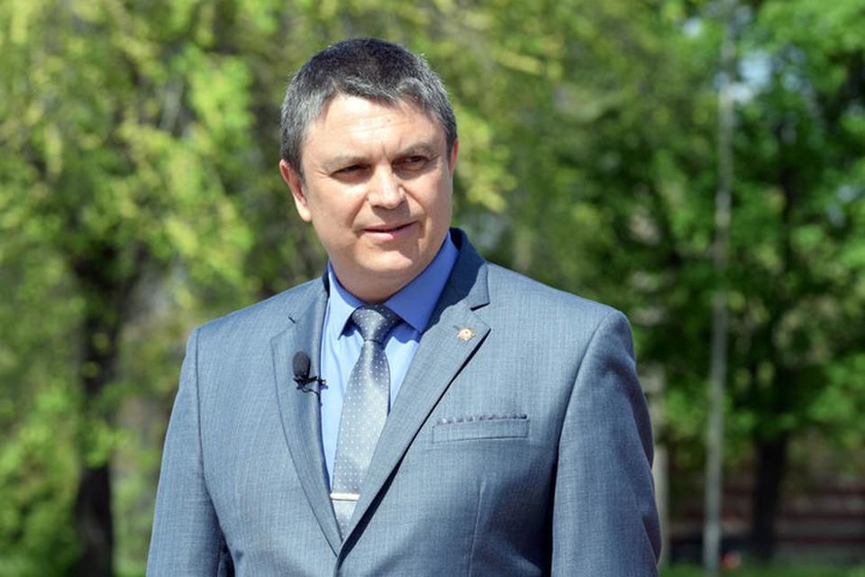 Леонид Пасечник пожелал ребятам и девчатам добра, благополучия и радости. Фото: glava-lnr.info
