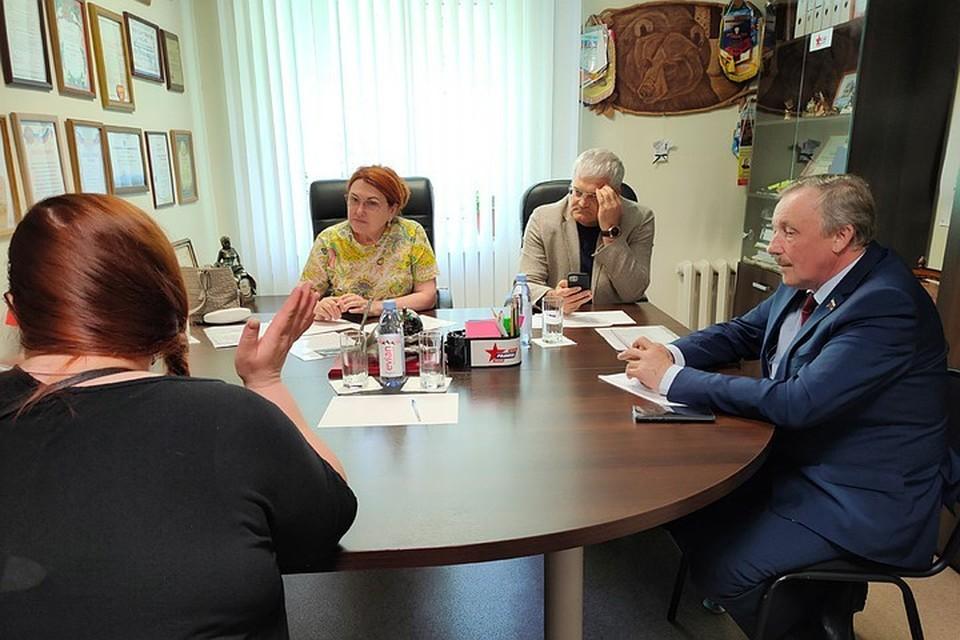 Детский омбудсмен надежда Болтенко и депутаты Вячеслав Илюхин и Леонид Рыбин встретились с жителями Пашино.