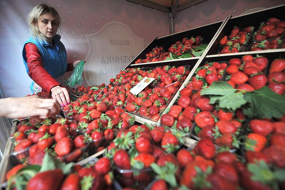В ближайшие недели клубнику в столицу привезут производители из Московской и других областей.