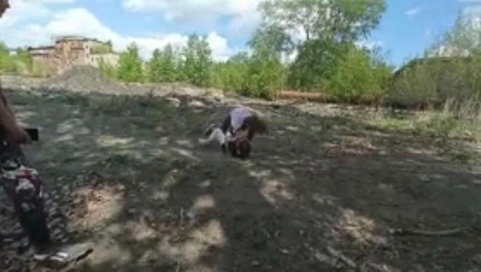 """За избиением наблюдали другие подростки. Фото: скрин видеозаписи """"Агентство чрезвычайных новостей"""""""
