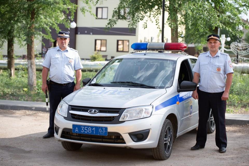 Женщина выразила благодарность полицейским, которые спасли ее дочь. Фото: ГУ МВД по Самарской области