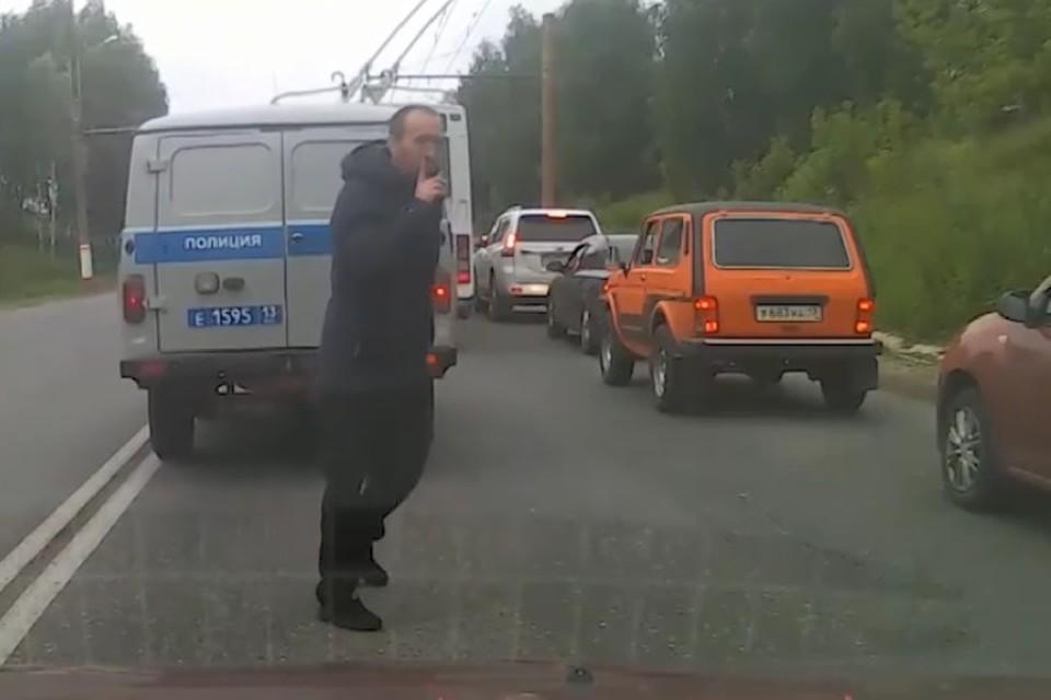 Беглец приложил палец к своим губам в просьбе к очевидцам не сдавать его полицейским.