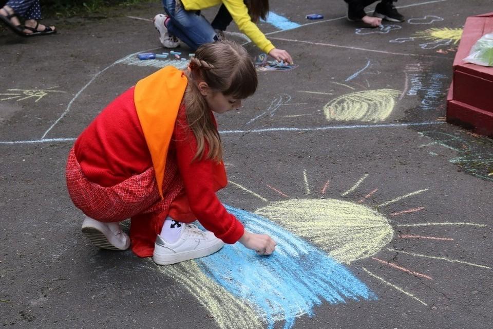 В парках Брянска провели игровые программы в День защиты детей.