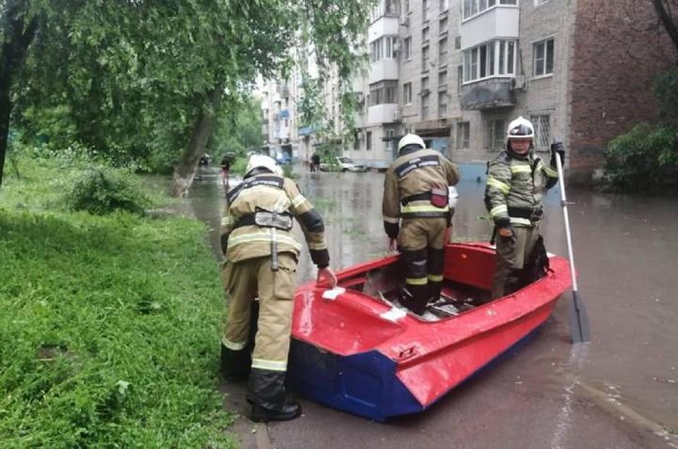 Спасателям пришлось плыть к дому на лодке. Фото: пресс-служба ГУ МЧС по Ростовской области